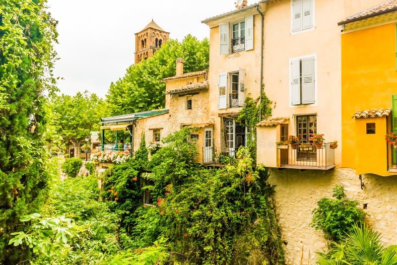 Vila medieval antiga Moustiers Sainte Marie, Provence, Verdo fotos de stock