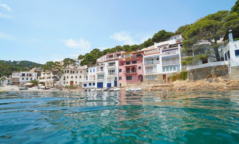 Vila mediterrânea Costa Brava Spain da margem foto de stock