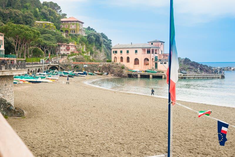 A vila mediterrânea da praia do beira-mar ajustou-se abaixo do monte com charact fotos de stock royalty free