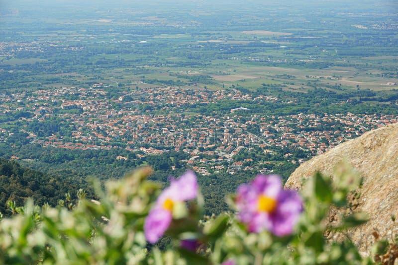 Vila mediterrânea Sorede ao sul de França fotografia de stock royalty free