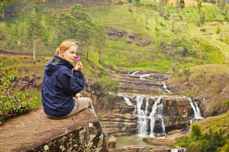 Vila nära vattenfallet royaltyfri foto