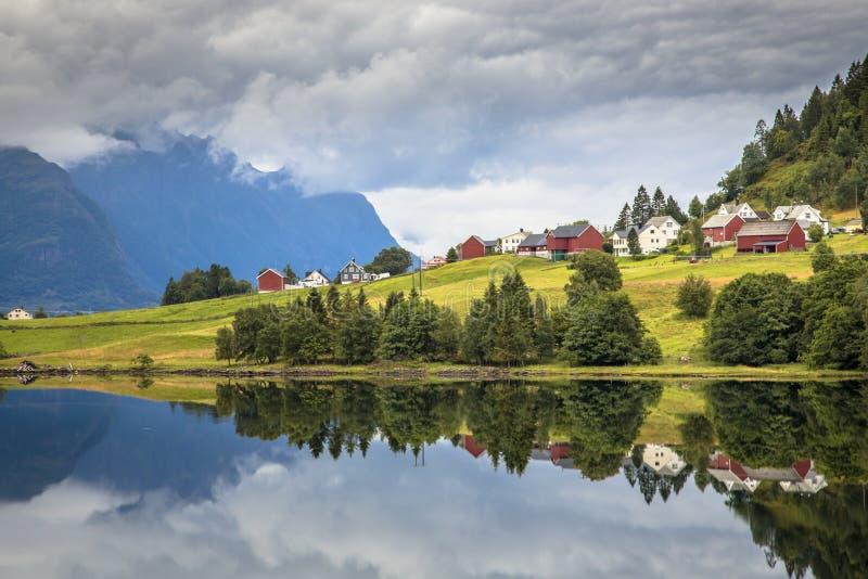 Vila nórdica no fiorde norueguês fotografia de stock