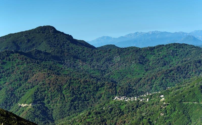 Vila na montanha de Córsega imagem de stock