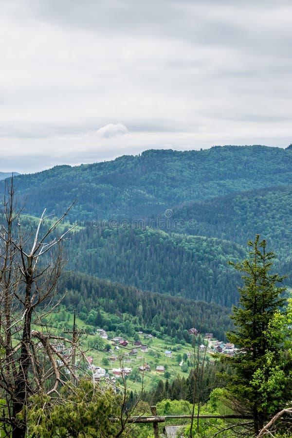Vila na montanha fotografia de stock royalty free