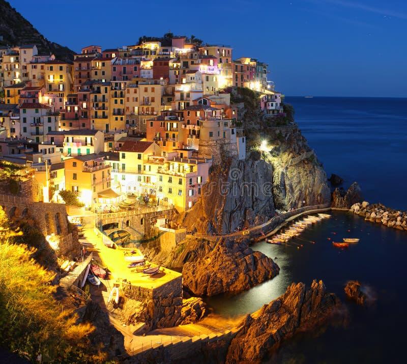 Vila na noite, Cinque Terre de Manarola fotos de stock royalty free