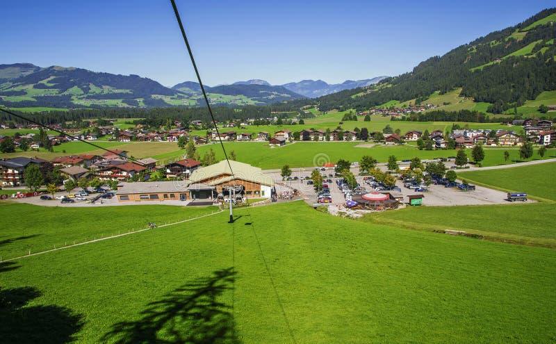 Vila nas montanhas dos cumes, estação de Westendorf do elevador do cabo foto de stock royalty free