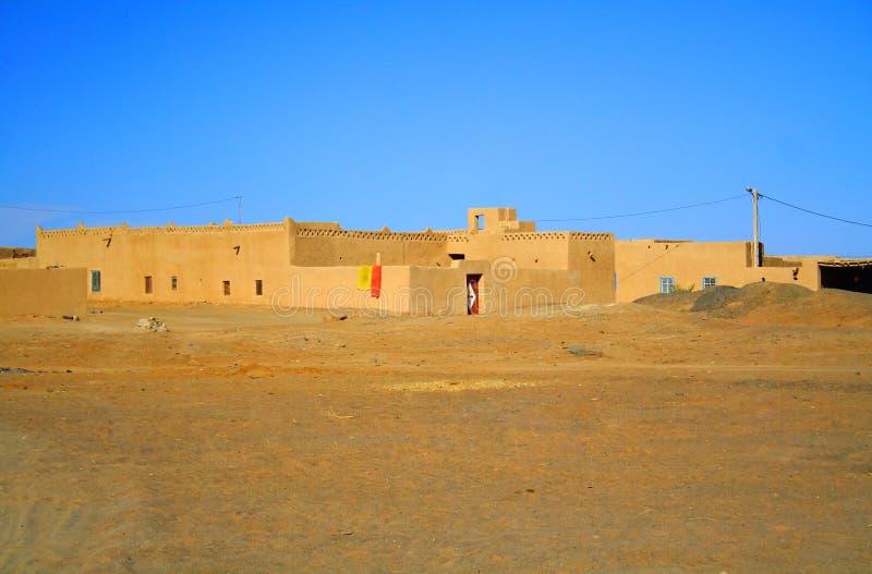Vila no deserto de Sahara foto de stock