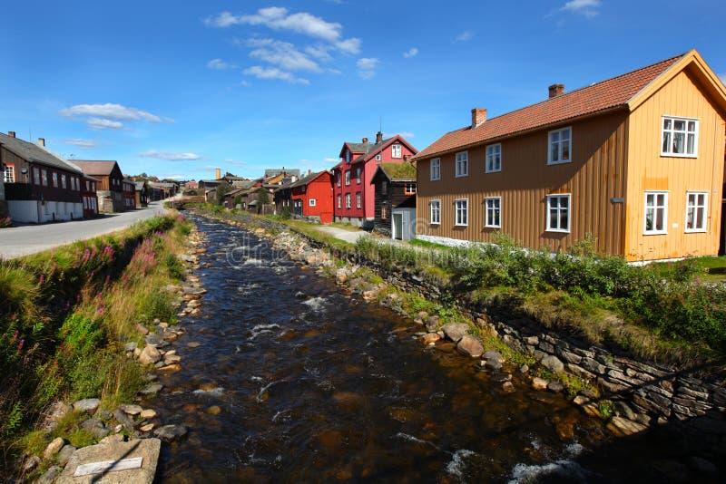 Vila norueguesa pitoresca do smelting com rio fotografia de stock royalty free