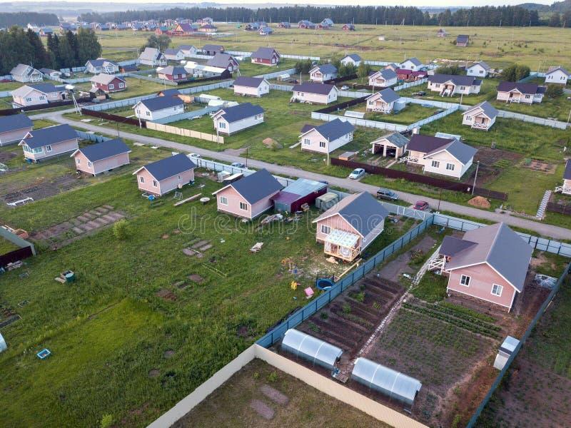 Vila nova da casa de campo em Rússia opinião do zangão imagens de stock royalty free