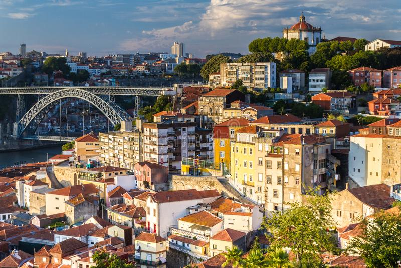 Vila Nova de Gaia-Wohnungen herüber von Porto, Portugal stockfoto
