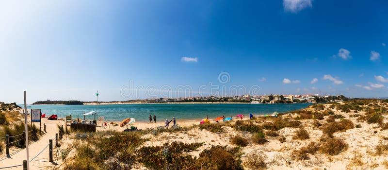Vila Nova de Mil Fontes, Portugal - a praia do praia DAS Furnas, que é ficada situada através do rio Mira fotografia de stock royalty free