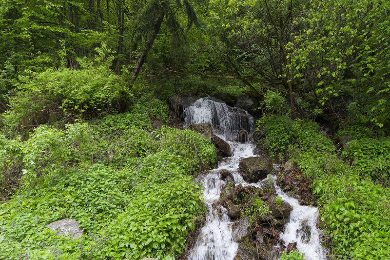 Vila pequena da cachoeira de Capalna Romênia foto de stock royalty free