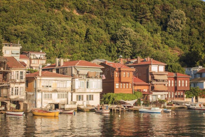Vila pequena dos pescadores no passo de Bosphorus, Istambul, Turquia imagem de stock