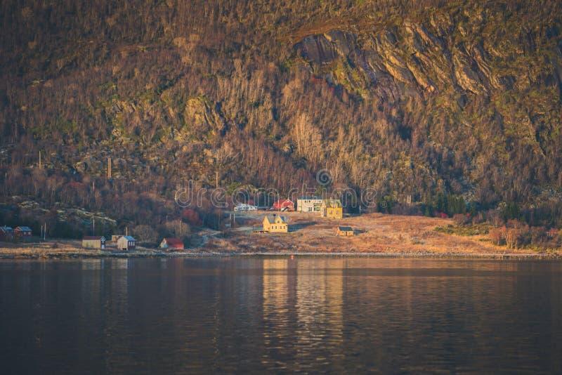 Vila pequena em uma base de uma montanha imagem de stock