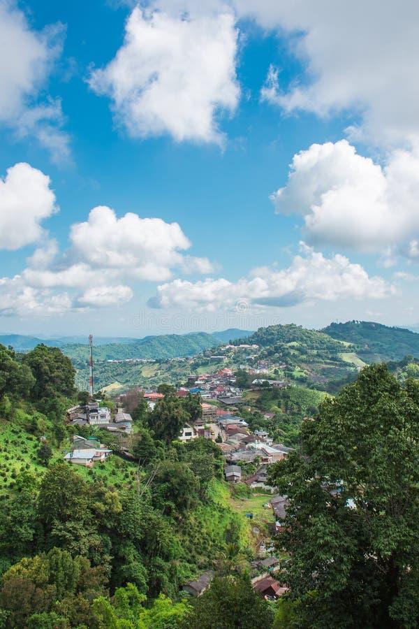 Vila pequena na montanha de Doi Mae Salong foto de stock royalty free
