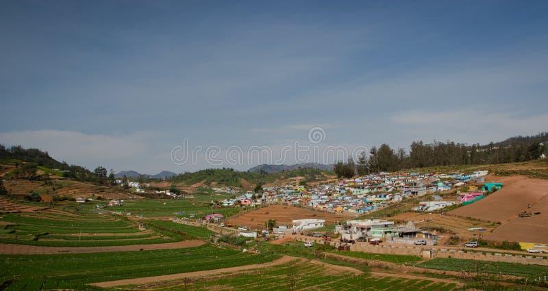 Vila pequena na parte superior do monte com a floresta verde do ghat ocidental imagens de stock royalty free