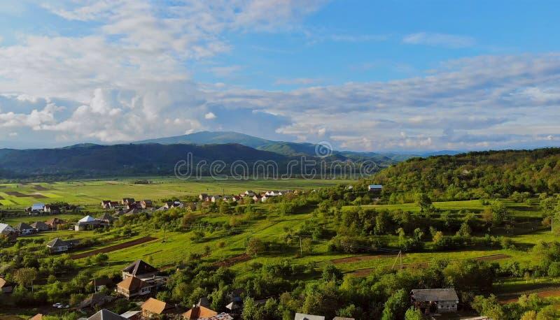 Vila pequena no montain em um dia de verão ensolarado e em um céu azul imagem de stock