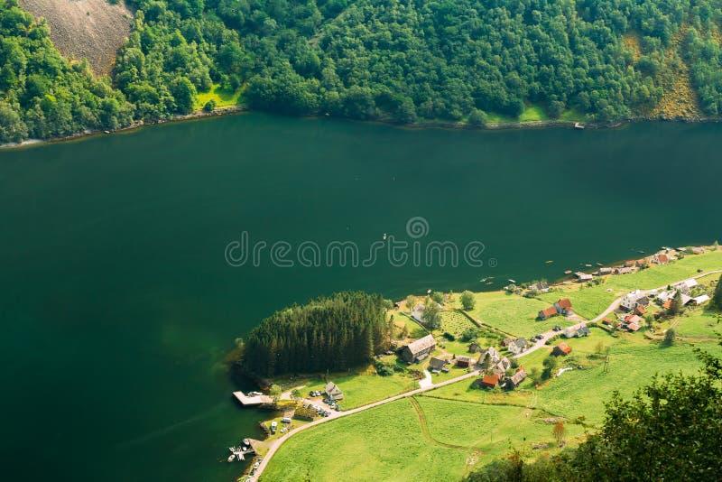 Vila pitoresca pequena perto do fiorde de Sognefjord em Noruega Amazi foto de stock