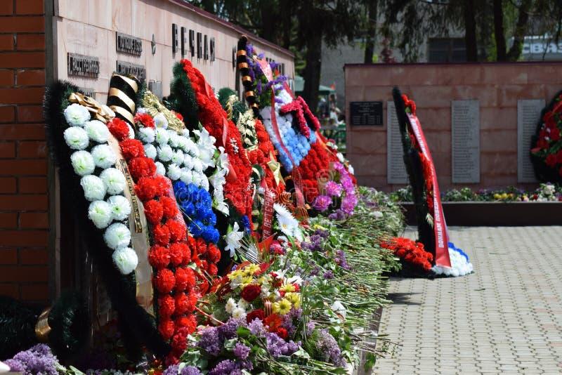 VILA POLTAVA 9 de maio de 2015: As flores colocadas ao monumento em honra de Victory Day o 9 de maio foto de stock