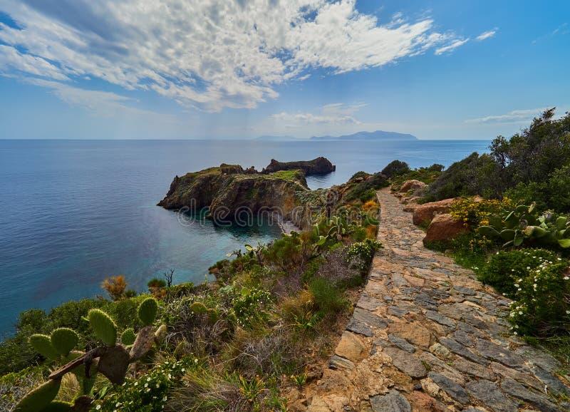 Vila pré-histórica da ilha de Panarea, ilhas eólias, Sicília, Itália fotografia de stock