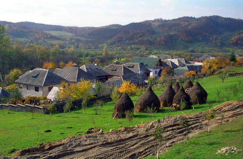 Vila rural na região de Maramures, Romênia imagem de stock