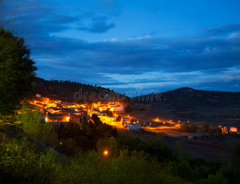 Vila San Martin de Boniches de Cuenca na noite imagem de stock