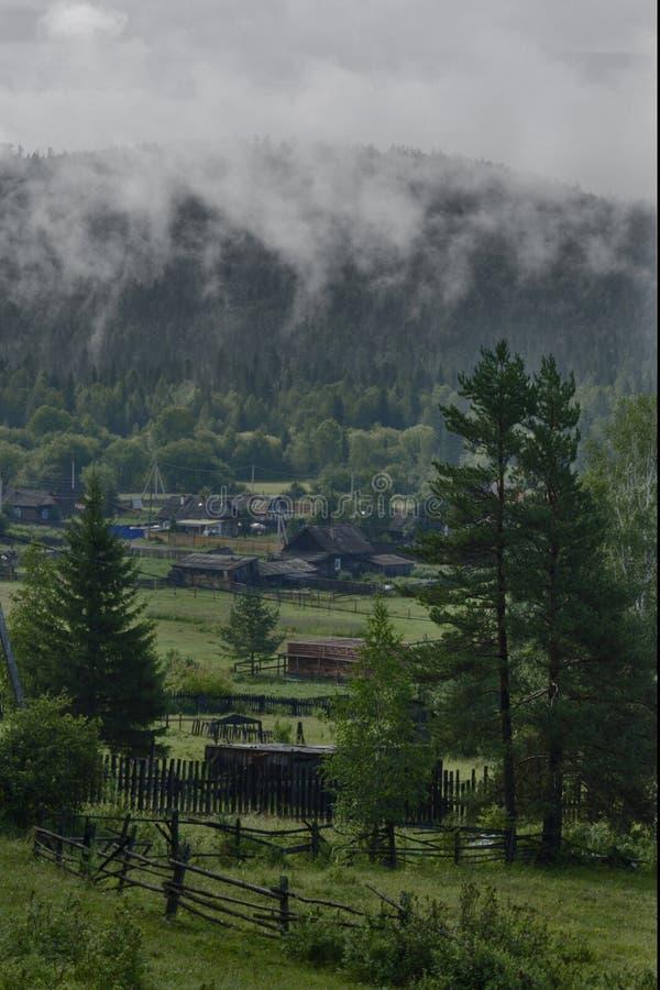Vila Siberian em um dia nebuloso imagens de stock