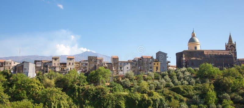 Vila típica em Sicília com o vulcão de Etna no fundo foto de stock