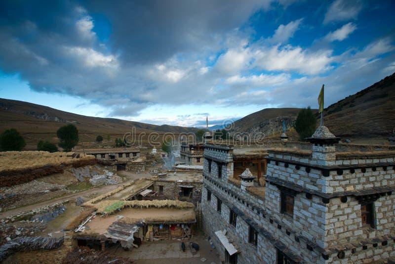 Vila tibetana na manhã foto de stock