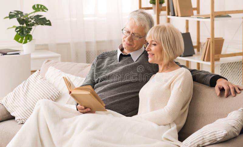 vila tillsammans Lycklig h?g parl?sebok royaltyfri foto