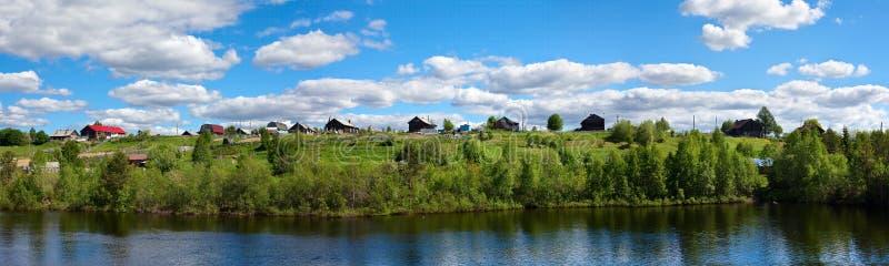 Vila tradicional do russo no monte imagens de stock