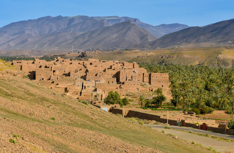 Vila tradicional em montanhas de atlas de Marrocos fotos de stock