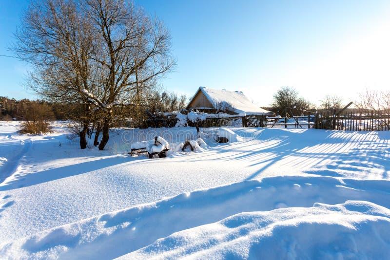 Vila tradicional pequena do russo na manhã gelado nevado do inverno imagens de stock royalty free