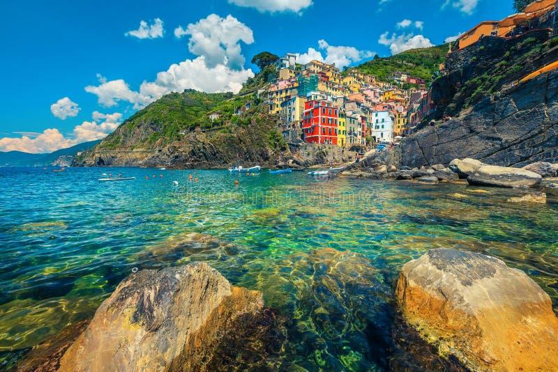Vila turística de Riomaggiore com porto, Cinque Terre, Liguria, Itália, Europa fotos de stock