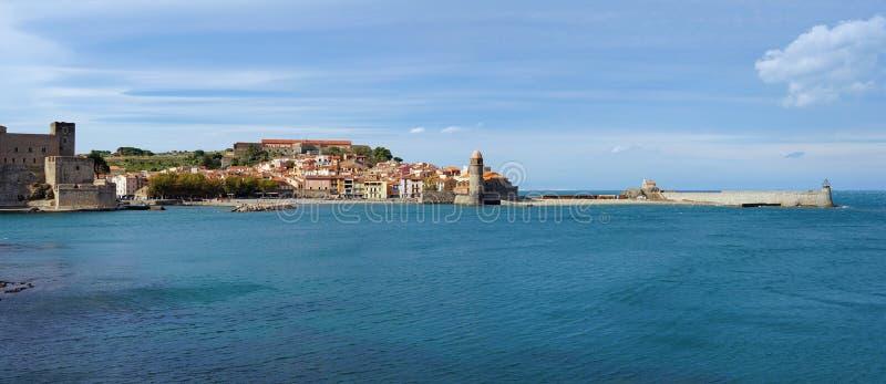 Vila velha do panorama litoral de Collioure França imagem de stock