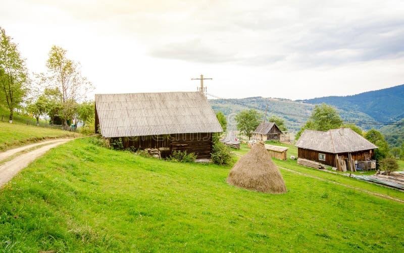 Vila velha pequena na montanha na Transilvânia foto de stock royalty free