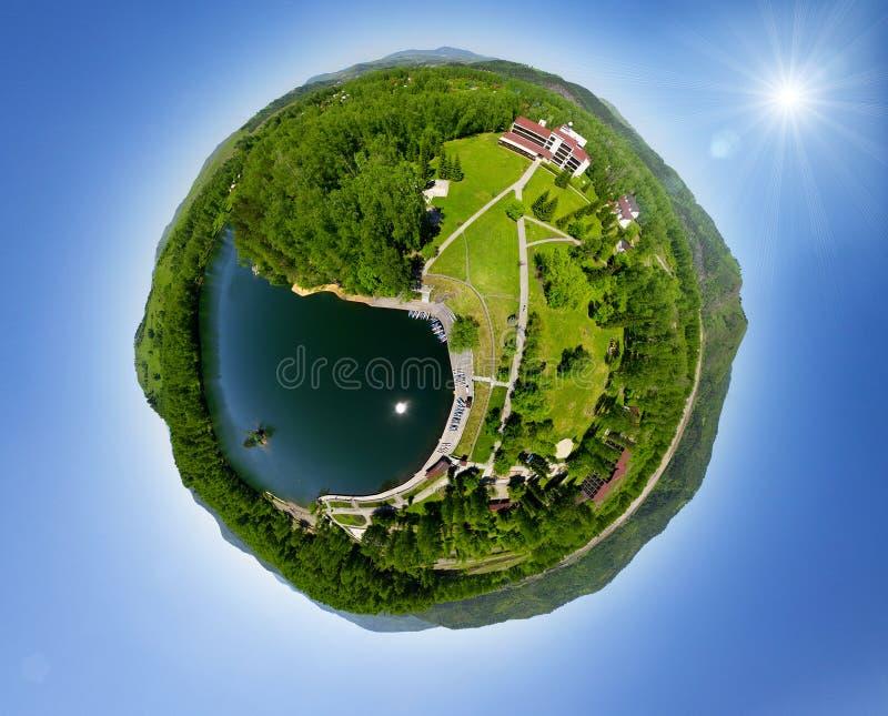 Vila verde pequena bonita de acima ilustração do vetor