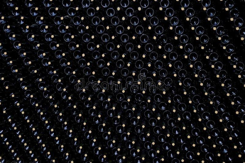 Vila vinflaskor som staplas i källaren av en Malbecvinodlingfabrik, San Juan, Argentina som ses också i Mendoza royaltyfri bild