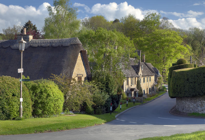 Vilage de Cotswold com casas de campo de pedra fotos de stock