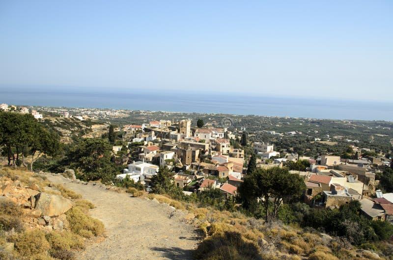 Vilage Maroulas взгляд сверху с голубым небом и Средиземным морем, Критом, Грецией стоковые фотографии rf