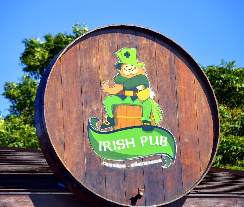 Vilamoura, o Algarve, Portugal - 26 de outubro de 2015: Sinal irlandês do bar fotos de stock