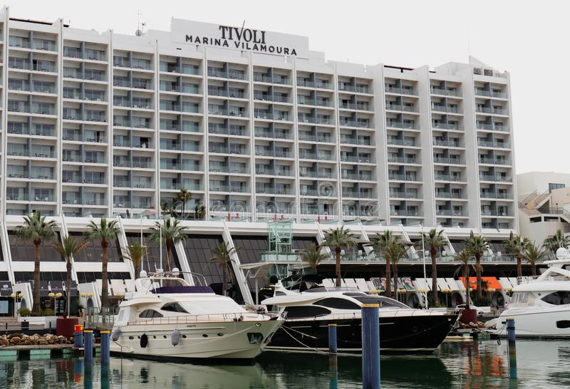 Vilamoura, Portugal - vista frontal del hotel de Tivoli Marina Vilamoura cerca del embarcadero imagen de archivo libre de regalías