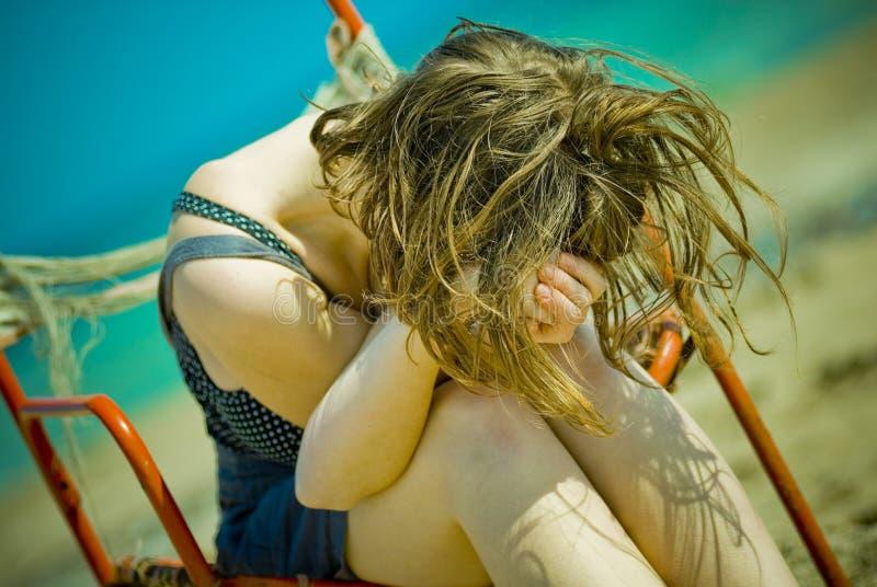 vilande kvinnabarn för strand royaltyfria bilder
