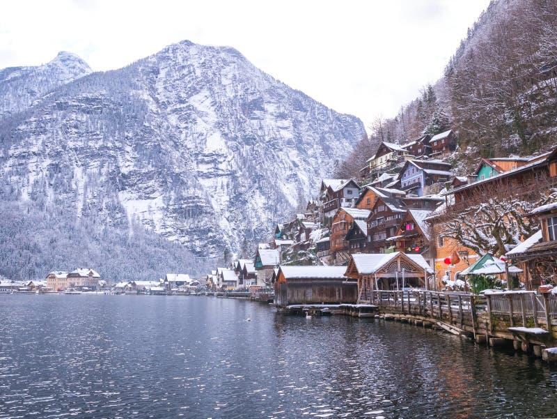 Vilas alpinas Hallstat na casa colorida do moutain da neve da estação do inverno de Áustria imagem de stock royalty free
