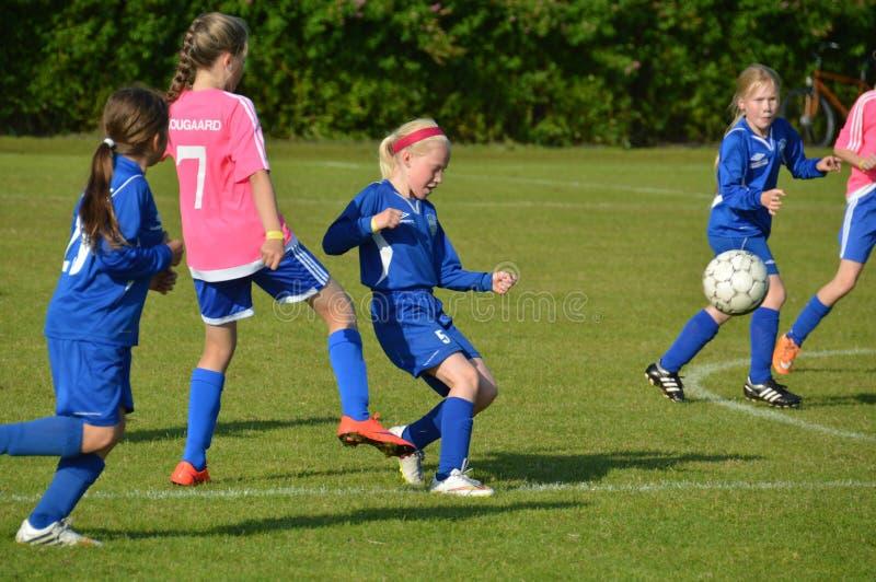 Vildbjerg Danmark - Juli 31, 2015 - yngre kvinnliga fotbollspelare i en turnering arkivfoto