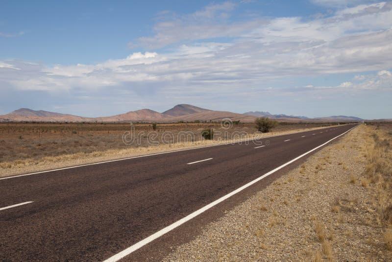 Vildmarkhuvudväg i ett ointressant landskap fotografering för bildbyråer