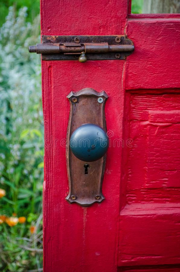 Vilken ` s bak den röda dörren? arkivfoto