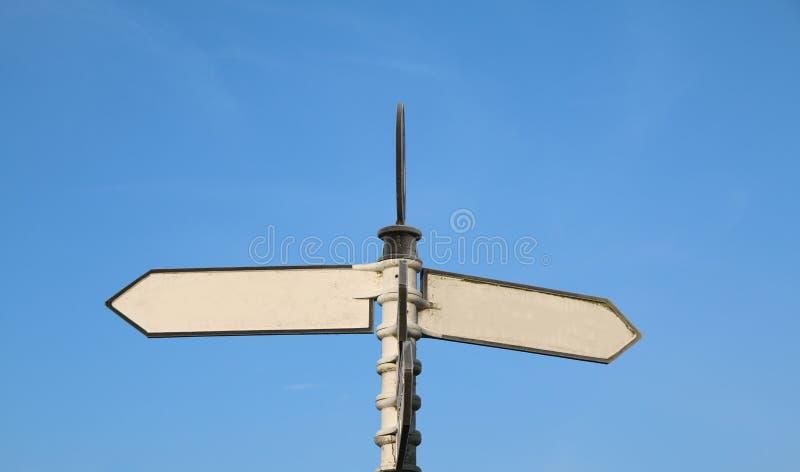 Vilken väg? Dubbel vägvisare för mellanrum för dina egna ord fotografering för bildbyråer