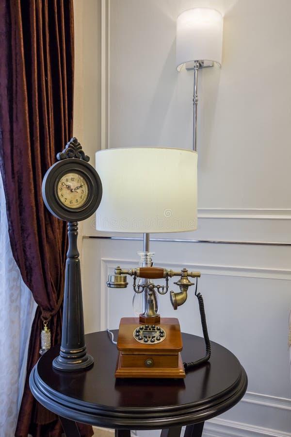 Villa à la maison intérieure de luxe moderne de téléphone de conception de décoration de table image libre de droits