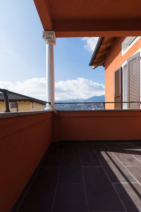 Villa avec la vue dans la maison photographie stock
